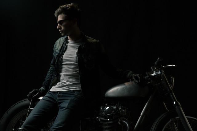 mladík u motorky.jpg