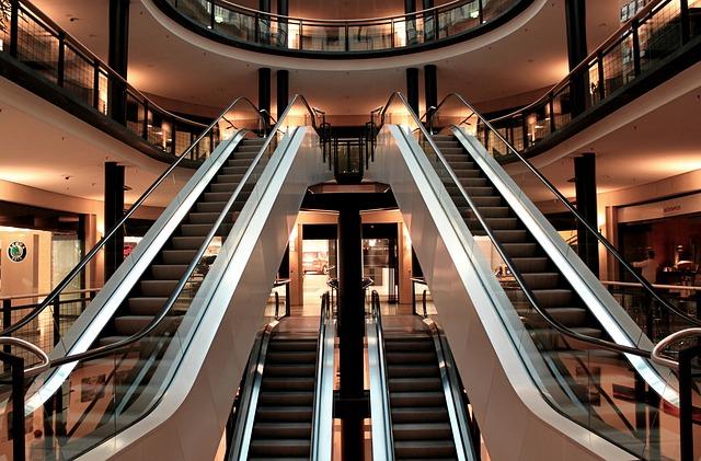 eskalátory v obchodním centru