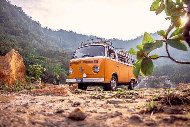 oranžová dodávka, minibus, cestování