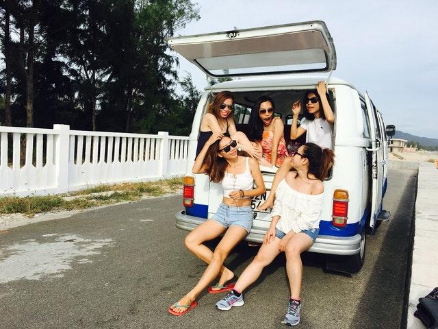 cestování, dovolená, holky v bílé dodávce
