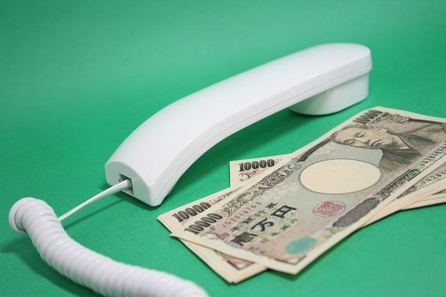 bankovky, telefonní sluchátko